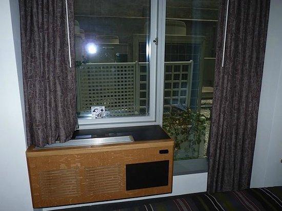 The Jewel facing Rockefeller Center : Ventana  a patio con unidades de aire acondicionado y unidad de calefacción de pared interior