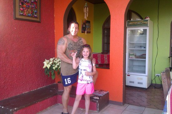 Villa Pacande Bed & Breakfast : la peque de la familia con Ramon, el dueño de la Villa