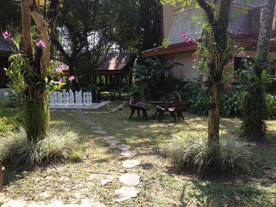 Santhiya Tree Koh Chang Resort : уголок отдыха напротив ресепшина