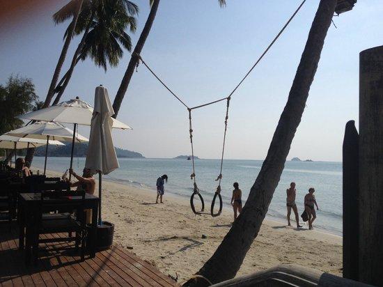 Santhiya Tree Koh Chang Resort : качели на пляже