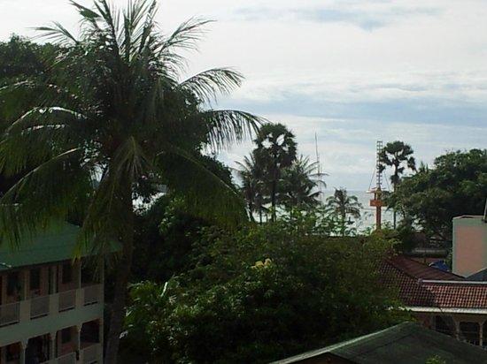 Poppa Palace Hotel Phuket: Вид в сторону моря с 4го этажа