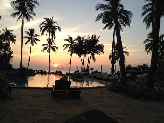 Santhiya Tree Koh Chang Resort: закат. бассейн