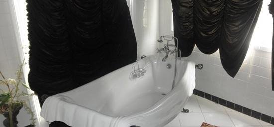 Magnolia Mansion: Love the tub in the Vampire Room!