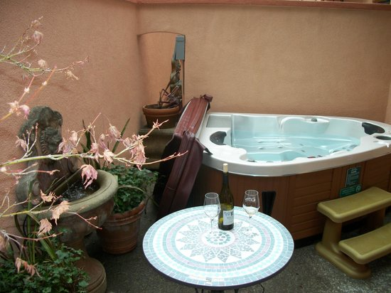 Applewood Inn: Private Courtyard with jacuzzi