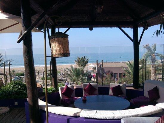 Paradis Plage Surf Yoga & Spa Resort : Autour de la piscine vue sur la mer