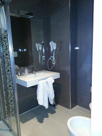 Occidental Aurelia: Bathroom
