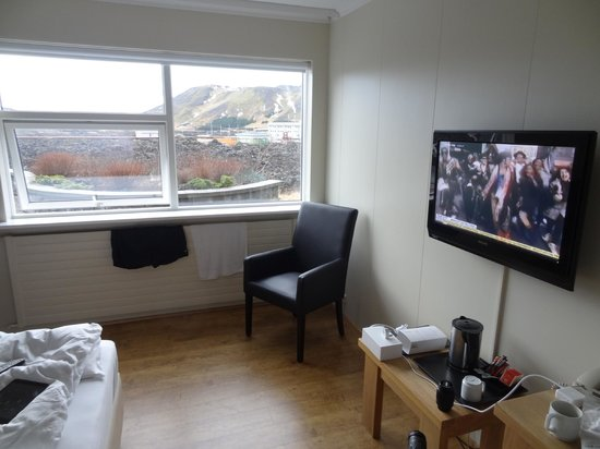 Northern Light Inn: TV/Table/View Rm 1