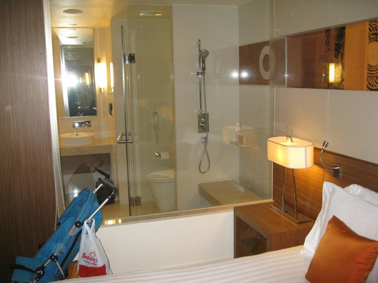 Centara Grand at Central Plaza Ladprao Bangkok: View of bathroom from inside the room