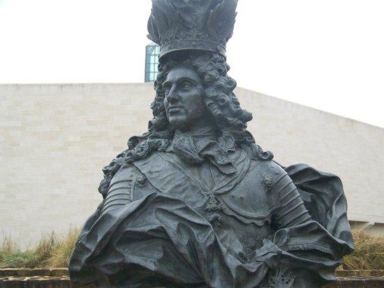 Les Trois Glands : Outdoor sculpture