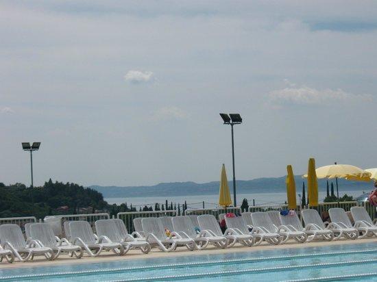 Poiano Resort Hotel: Vista dalla piscina-Poiano sul Lago di Garda