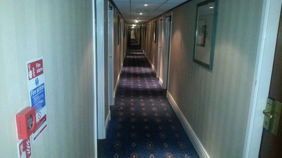 The Airport Inn Manchester: Very dated corridor