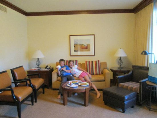 Four Seasons Resort and Residences Whistler: Spacious living area with sofabed for the kids