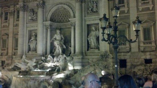 Trevi-Brunnen (Fontana di Trevi): Espectacular de noche