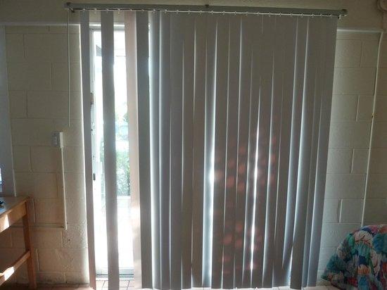 Kingsail Resort Motel: Baie vitrée où il manque des lanières au store