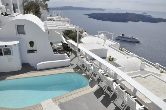 Mill Houses Elegant Suites : Swimming pool and view