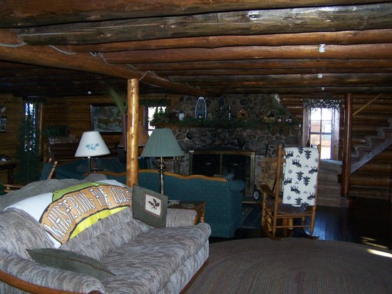 Whispering Pine Lodge: Lodge Cottage Living Room