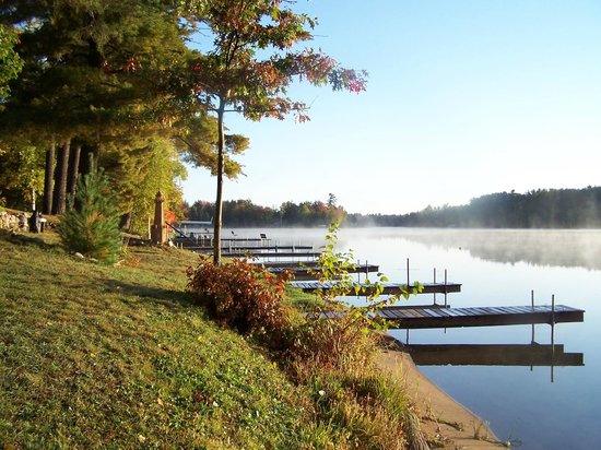 Whispering Pine Lodge: Early Fall shoreline