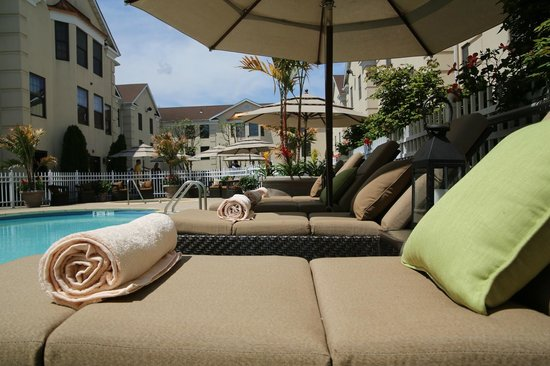 The Inn At Fox Hollow Hotel: Outdoor Pool & Lounge Chairs