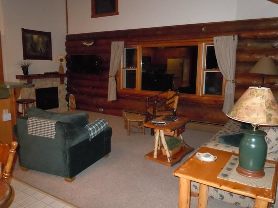 Whispering Pine Lodge : Log side by side living room