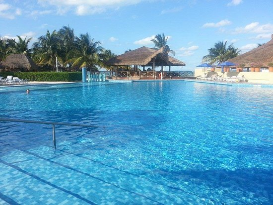 Presidente InterContinental Cancun Resort : Main pool area. Great for families/kids but serene for those without kids.