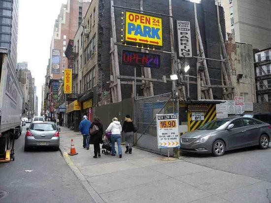 Distrikt Hotel: Not the best street, wrong side of 8th Avenue