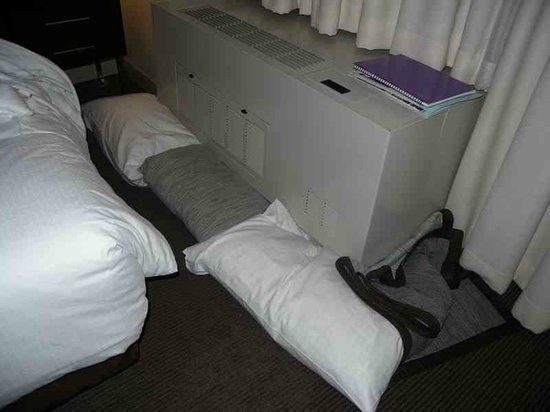 Distrikt Hotel: Pillows used to block draught and noise