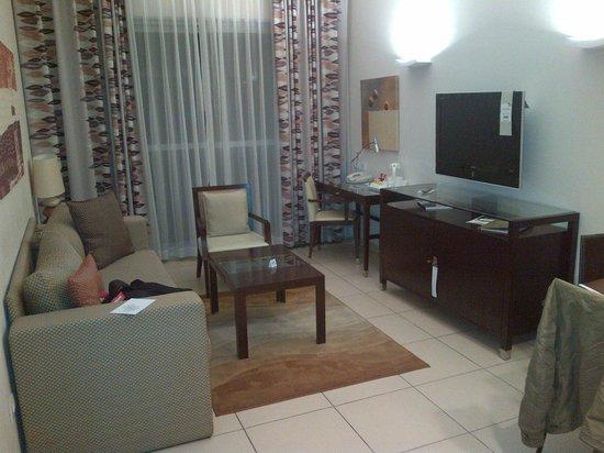 Kfar Maccabiah Hotel & Suites: Living room