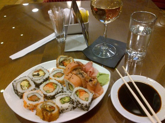 Kfar Maccabiah Hotel & Suites : Sushi in the lounge