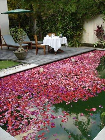 Bali Pavilions: Mesa puesta para la cena junto a la laberca que decoraron con flores.