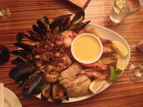 LB Seafood Bistro on the Bay: Plate of seafood for sharing