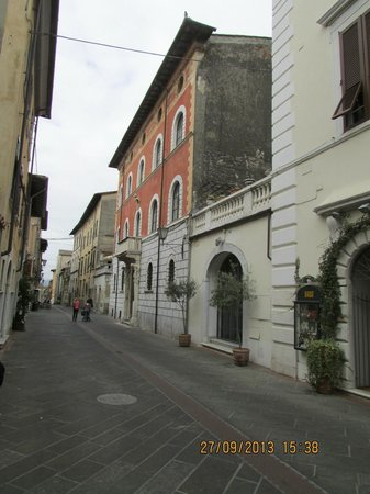 Albergo Pietrasanta: Towards centre of town