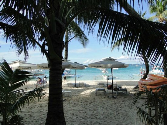 DiveGurus Boracay Beach Resort : Beach in fron of the hotel