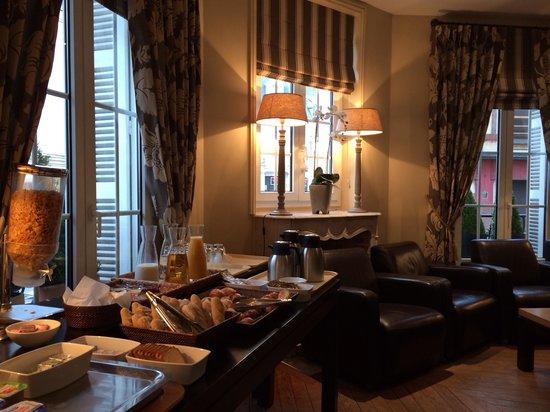 Hotel Le Fer a Cheval: Côté pt déjeuner