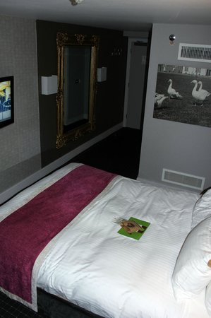 DoubleTree by Hilton Bristol South - Cadbury House: Room 306 - big mirror and wall-mounted TV