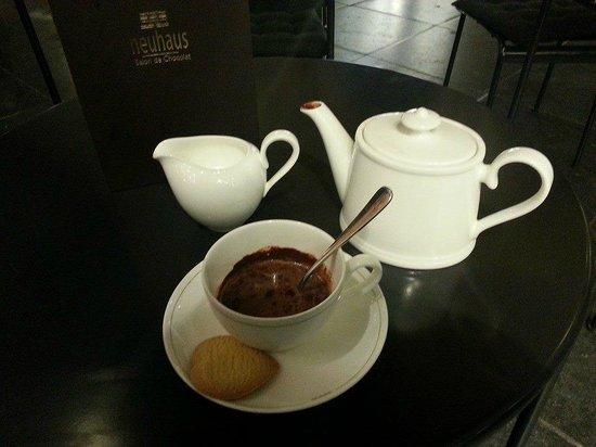 Neuhaus Galerie de la Reine - L'atelier de Neuhaus: Hot chocolate (praline)