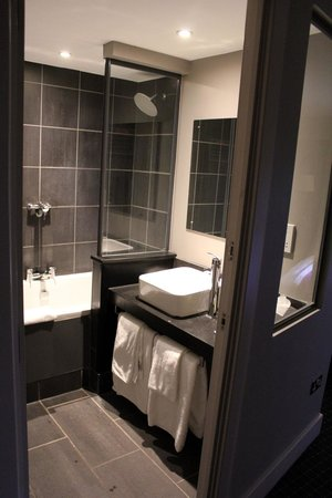 DoubleTree by Hilton Bristol South - Cadbury House: Bathroom in room 306