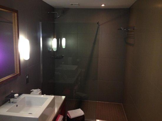 Tigerlily Hotel : shower