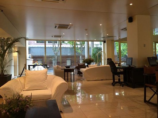Loi Suites Recoleta : Looking from lobby to outside Computers on right side