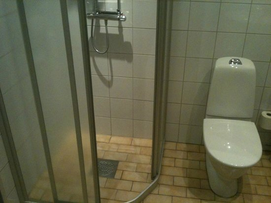 Hotel Vanilla: Shower.