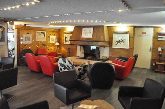 Hôtel Alpina : มุมนี้ของร็อบบี้น่านั่งสุด