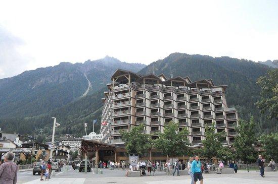 Hôtel Alpina : ด้านหน้าโรงแรมในเวลากลางวัน