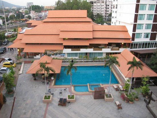 Khum Phucome Hotel : view from room at swimming pool and admin block