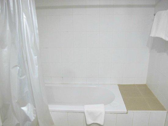 Khum Phucome Hotel: bathroom