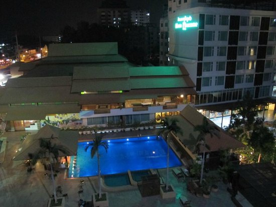 Khum Phucome Hotel : swimming pool at night