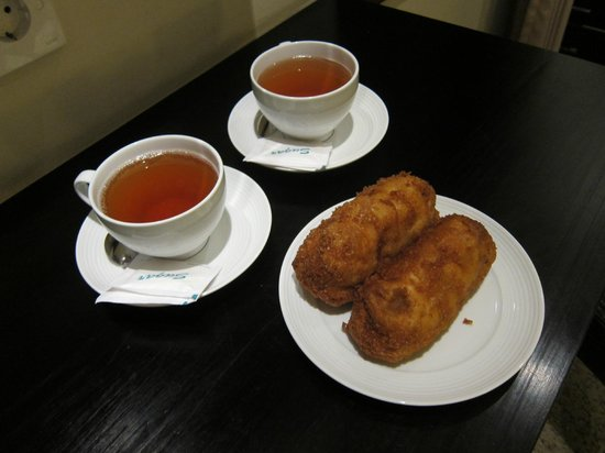 Merbabu Guest House: Free welcome gift, deep fried pastry, was delicious