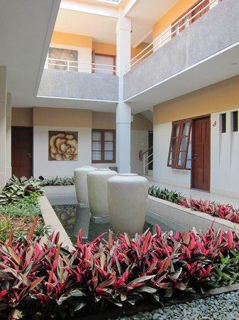 Merbabu Guest House : Atrium eating area, very relaxing