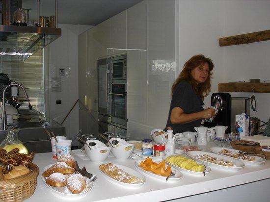 B&B Mele d'Oro : Owner serves a great breakfast.