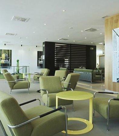 AC Hotel Zizur Mayor by Marriott: Salón al lado de la recepción,al fondo detrás del mueble esta el ordenador