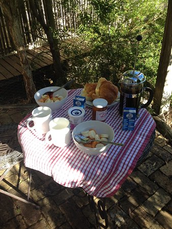 Old Leura Dairy: Breakfast in the porch