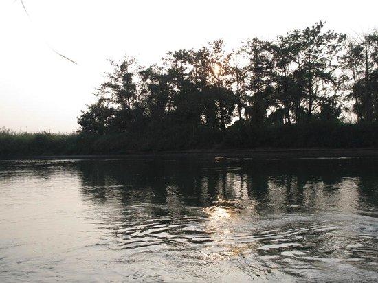 River Kwai Botanic Garden Resort: river kwai in evening